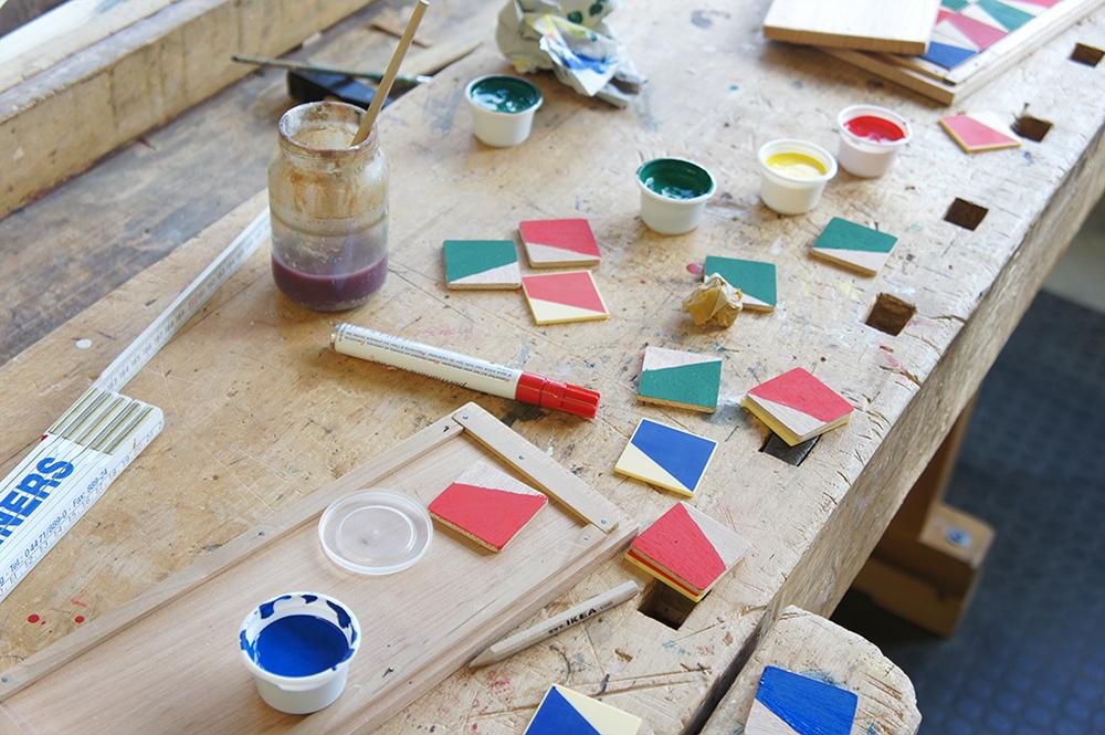 Farben und Holzplättchen in Bearbeitung